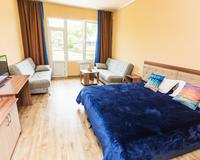 Большая комната с кроватью и столом